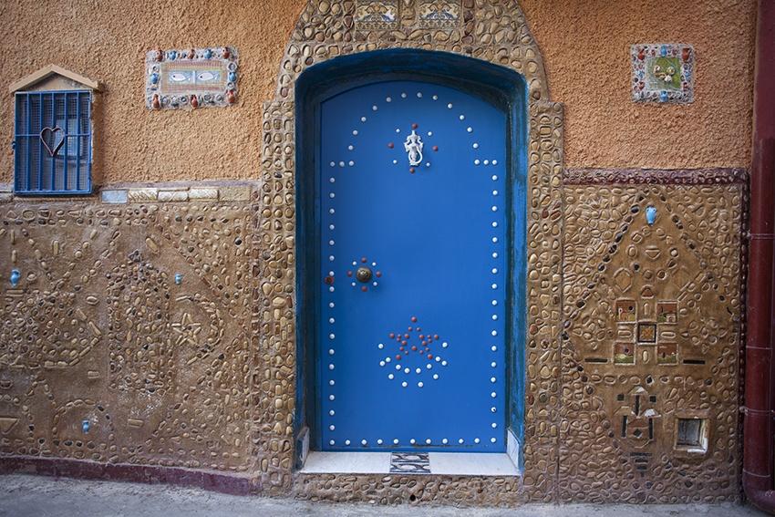 Muro e porta decorati per i vicoli della Casbah